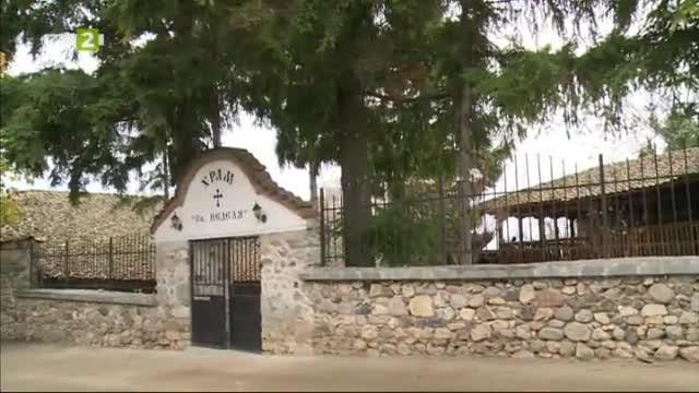 Килийното училище и храмът Света Неделя в село Дебрене