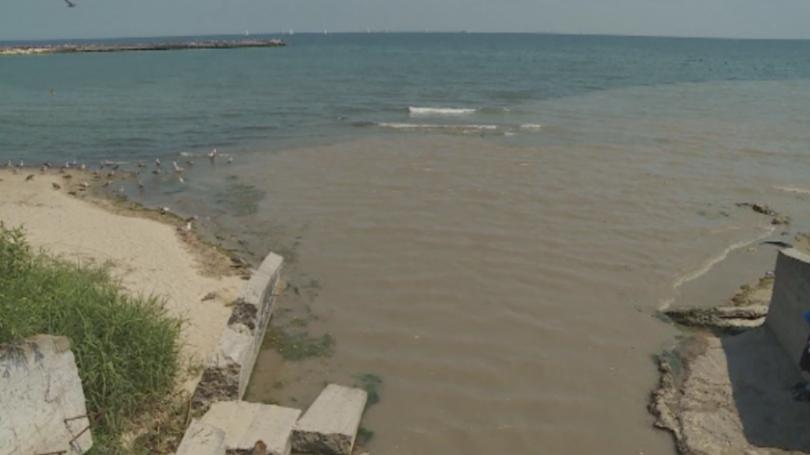 Кална вода замърсява градския плаж във Варна