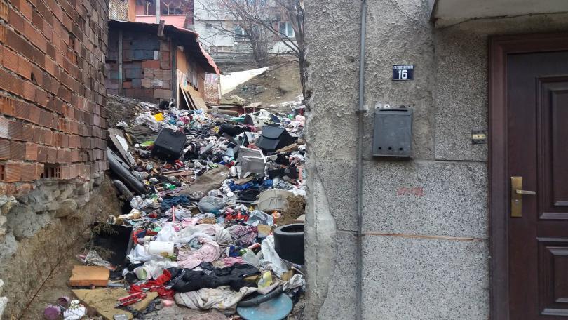 Защо къщата на семейство от Благоевград е превърната в сметище?