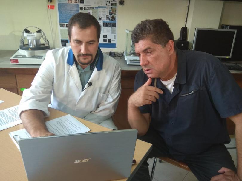 снимка 2  Учени изследват уникалните свойства на графена