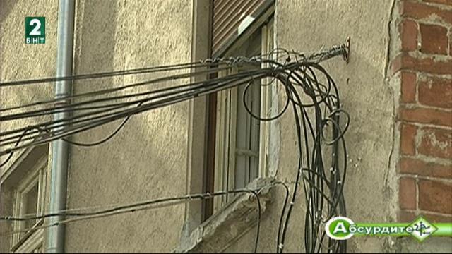 Висящите кабели на доставчиците на телевизия и интернет в Пловдив