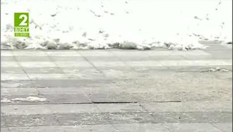 Плочките на площада в Русе се напукаха от студа