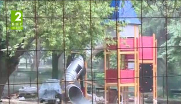 Монтират съоръженията на детската площадка в Цар Симеоновата градина в Пловдив