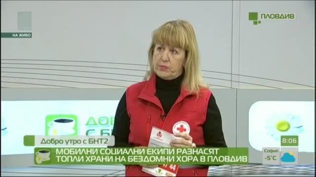 Мобилни социални екипи разнасят топли храни на бездомни хора в Пловдив