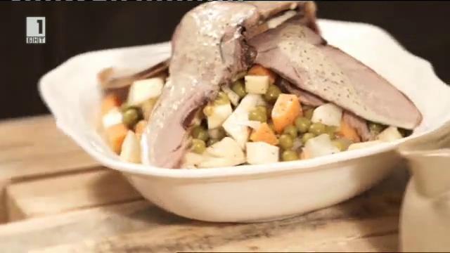 Свинска шунка със салата от грах