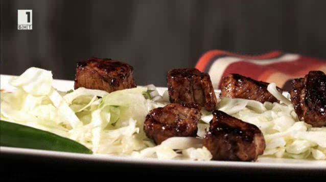 Глазирани свински гърди със салата от зеле