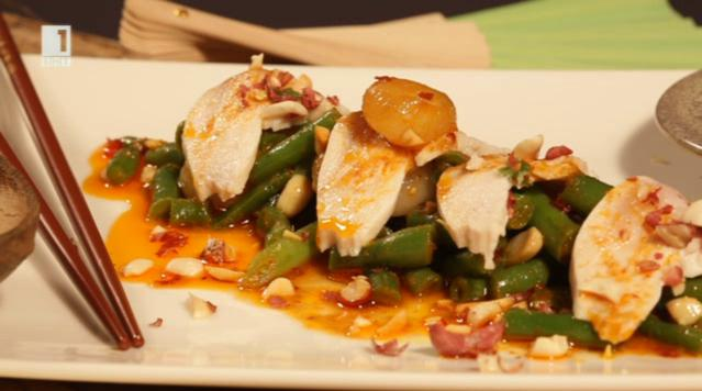 Азиатска салата с пилешко и зелен фасул