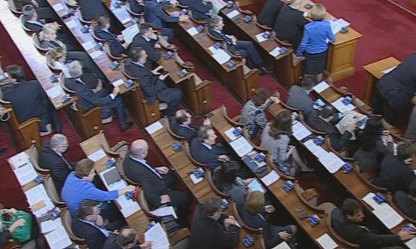 Без парламентарен контрол, днешното заседание на НС е удължено до окончателно приемане на Изборния кодекс