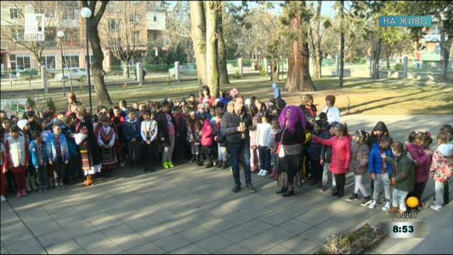 Децата в Пирдоп посрещат Баба Марта
