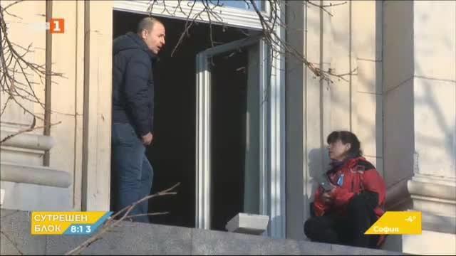 Пет медицински сестри остават барикадирани в сградата на бившия Партиен дом