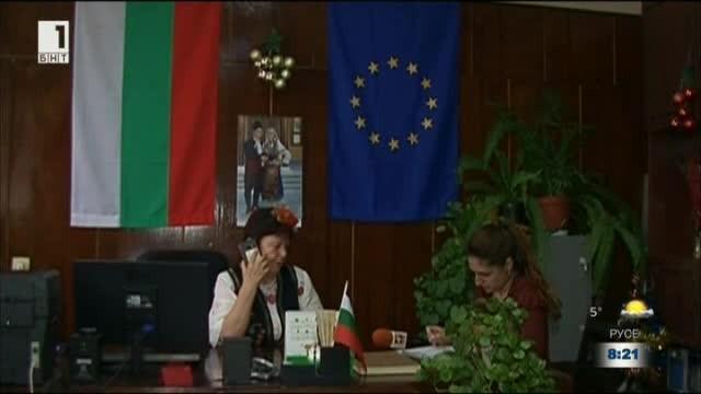 Кметицата на с. Шуменци ходи на работа с народна носия