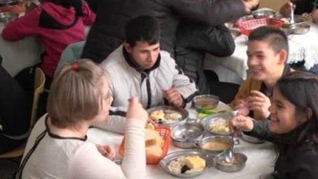 Топъл обяд за деца от помощното училище в Нови пазар