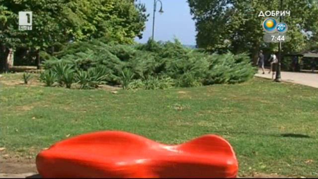 Червена пейка в Морската градина