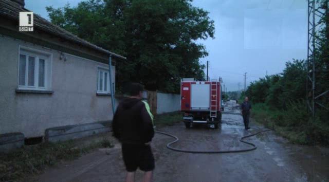 Наводнени къщи в село Суха река