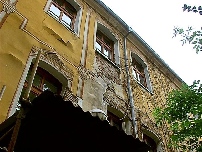 Жълтото училище в Пловдив се руши