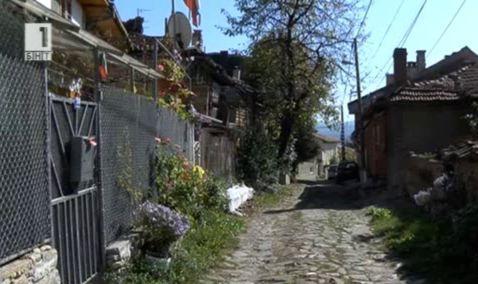 Жители събират пари и ремонтират улица