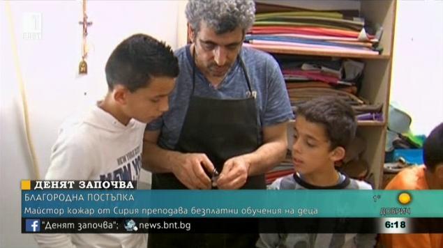 Майстор кожар от Сирия прави безплатни обучения на деца сираци