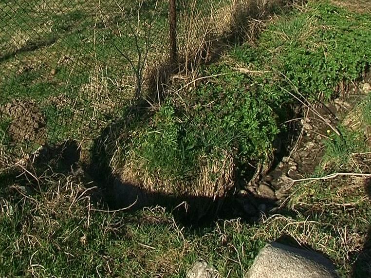 Непокрит мръсен канал създава проблеми в дупнишко село