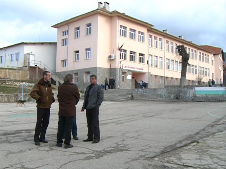 Учителите в Рибново прекратиха временно протеста си