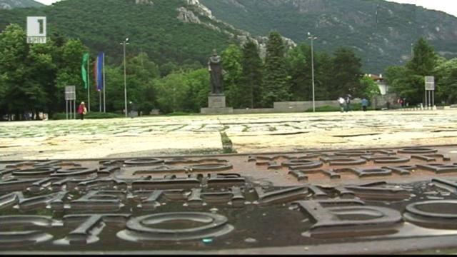 Къде е първият паметник на Ботев?