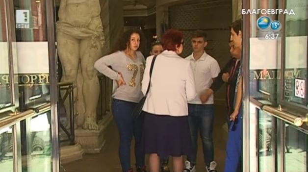 Ученици помагат на пострадалата Катя