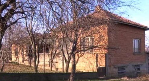 Семейство дава къщата си под наем без наем