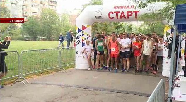 Министър Кралев тича в парка