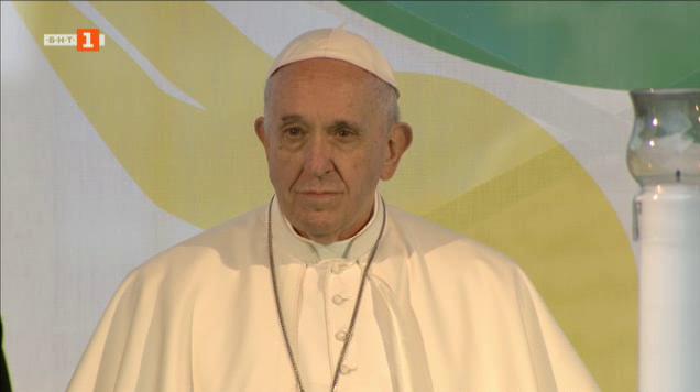 Папа Франциск отправи молитва за мир от столичния площад Независимост
