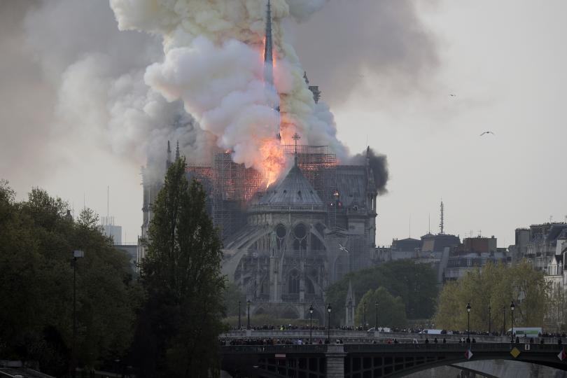 На живо от Париж: Още за борбата с огнената стихия в Нотр Дам