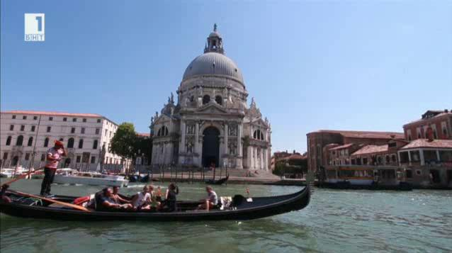 """Венециански гондолиер, чиито живот буквално """"върви по вода"""""""