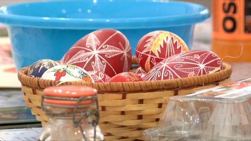 Как да изпишем великденските яйца с восък