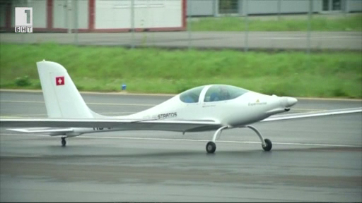 Двуместен електрически соларен самолет