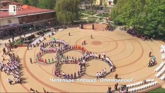 Сворнато хоро във формата на петте Олимпийски кръга за празника на Чепеларе