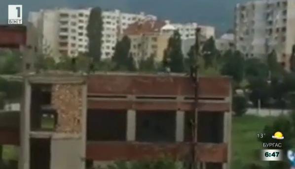 Необезопасена сграда. Опасна игра в двора на столично училище