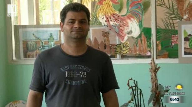 Мъж от дома за хора с увреждания рисува пейзажи