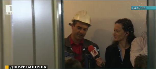 Деца се учат как да ползват асансьора безопасно