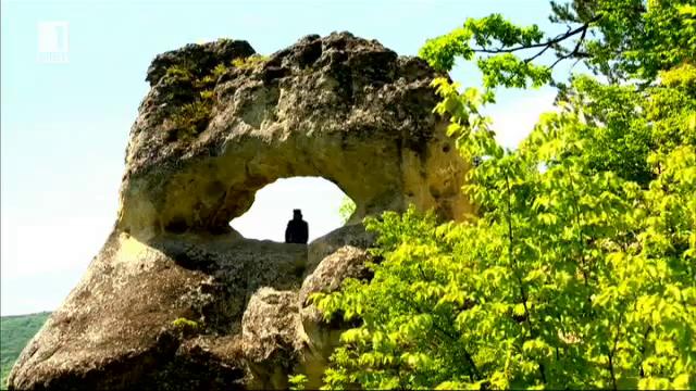 Впечатляващият скален феномен Окото над село Осмар
