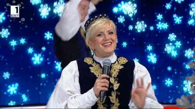 Николина Чакърдъкова и неврокопските танцьори преди концерта на площада