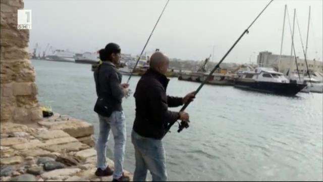 Християнин и мюсюлманин бягат, прекосяват морето и се срещат на гръцки остров