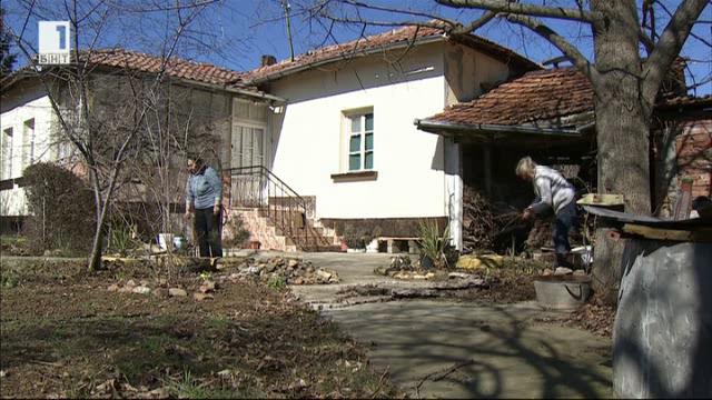 Виолета и нейната дъщеря Надежда в спор за имот