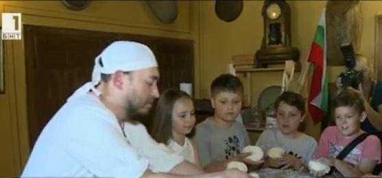 Пловдивски ученици правят хляб заедно с известен майстор пекар