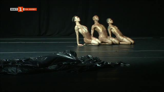 Черната дупка в театър Азарян