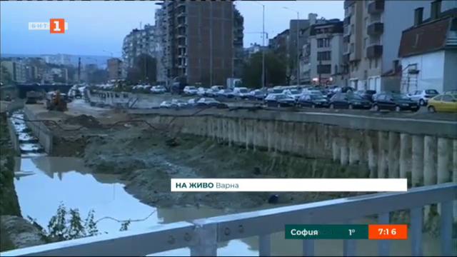 Кола падна в 10-метров ров във Варна
