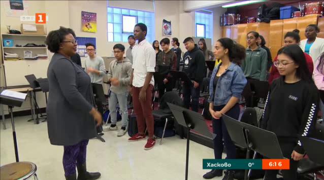 Канадски колежански хор изпълнява песни на 35 езика