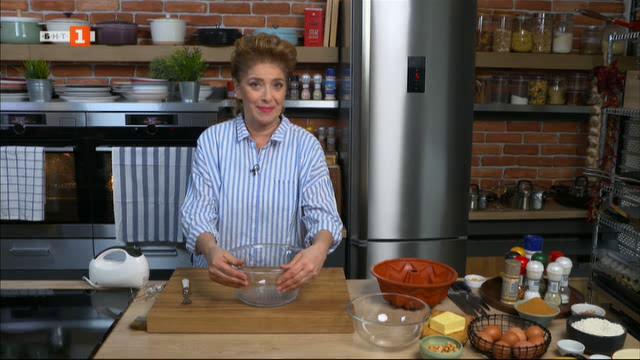 Кюфтенца с доматен сос на фурна и мраморен кейк с банани и фъстъци