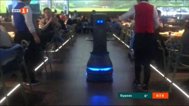 Роботи обслужват ресторант в Китай