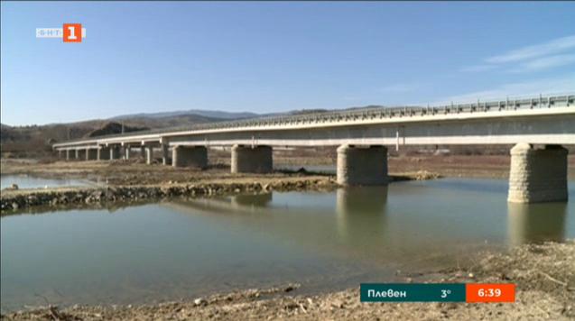Мостът при село Рибник се напука, затвориха го за камиони
