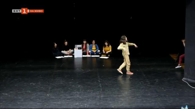 """Студенти от Американския колеж в Благоевград поставят мюзикъла """"Коса"""""""
