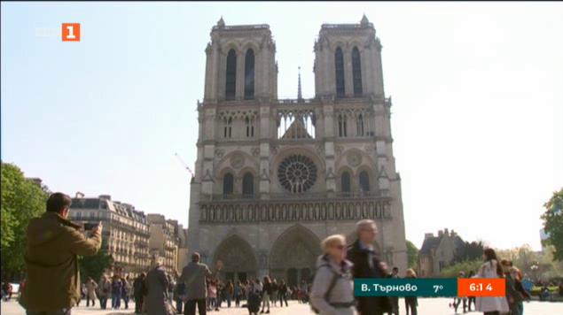 Статуи полетяха в небето над Париж
