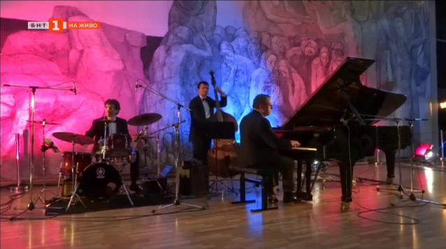 Малко нощна музика с Ангел Заберски Трио